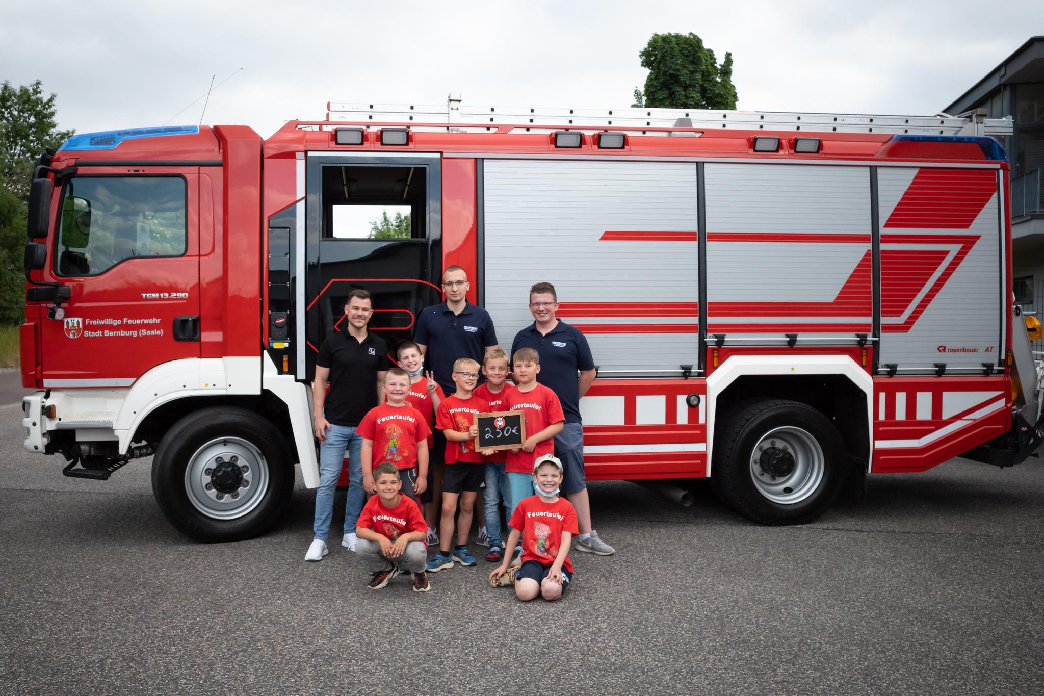 Spendenübergabe an die Kinderfeuerwehr Bernburg