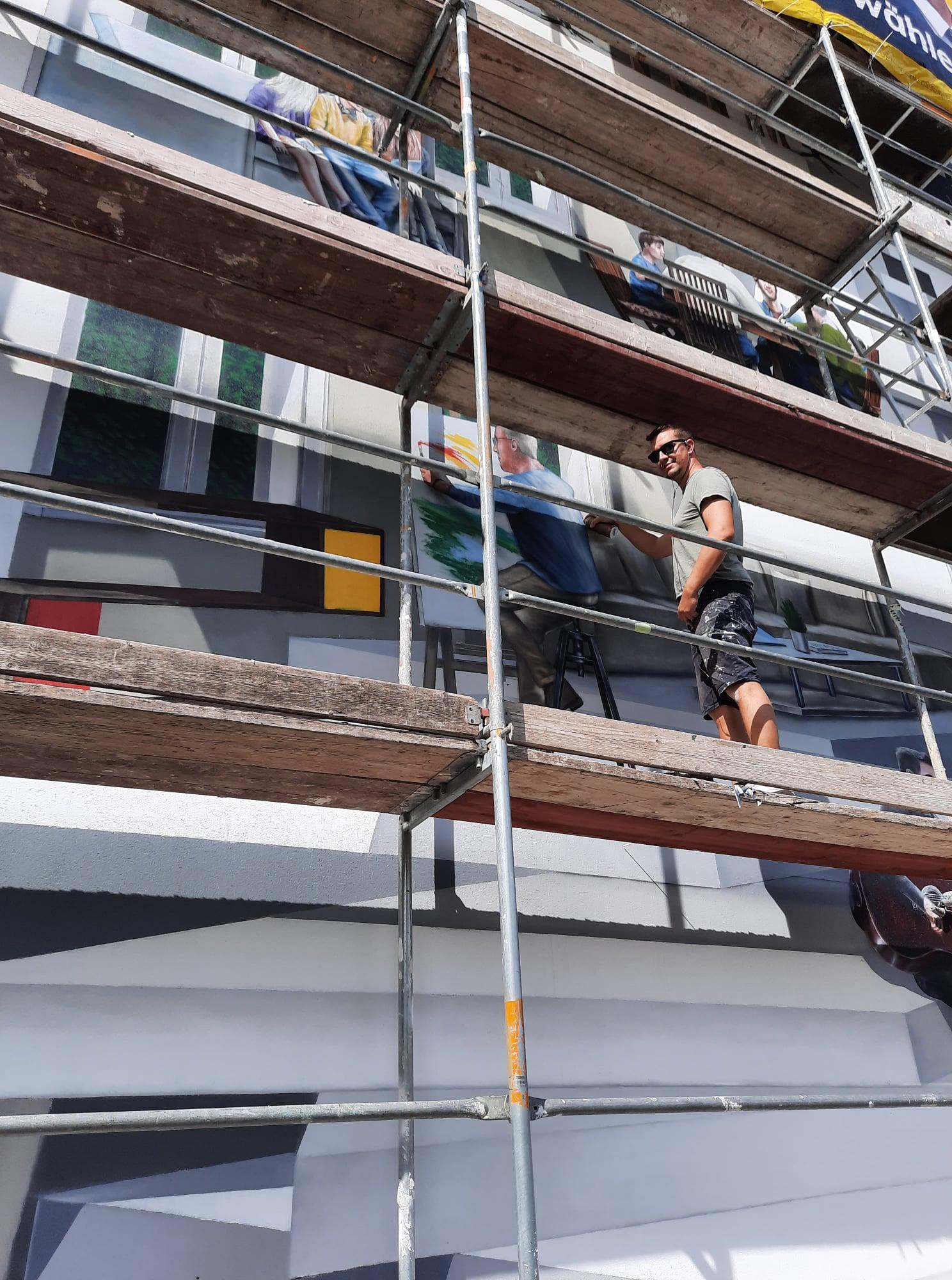 Fassadenkünstler Marco Brzozowski bei der Arbeit